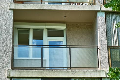 erkély felújítás drótüveggel