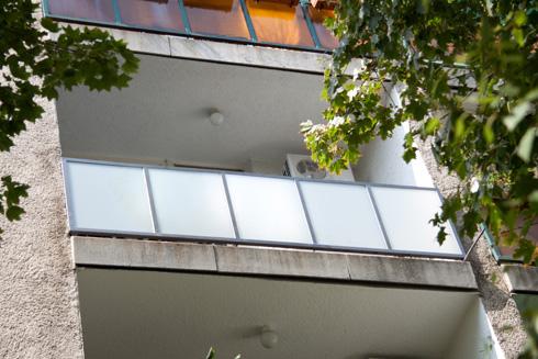 erkély felújítás fehér ragasztott matt üveggel