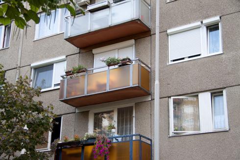 erkély felújítás sárga drót üveggel