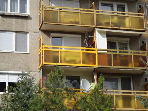 sárgaszínű erkély sárga drótüveggel