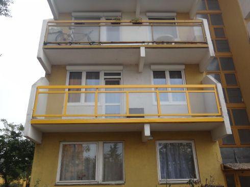 Sárga erkély fehér drótüveggel