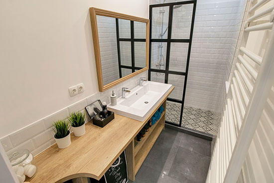 Ipari stílusú zuhanyfal